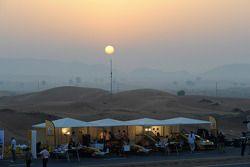 Механики команды Renault готовят автомобили к демонстрационным заездам в Дубае