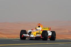 Mohamed Ben Sulayem, vice-président de la FIA et 14 fois champion du Moyen-Orient en Rallye, pilote la Renault R28 sur une autoroute de Dubaï