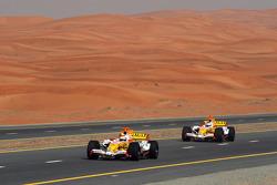 Romain Grosjean et Adam Khan pilotent la Renault R28 sur une autoroute de Dubaï
