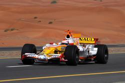 Romain Grosjean pilote la Renault R28 sur une autoroute de Dubaï