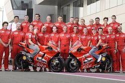 Sesión de fotos de Ducati Marlboro Team: Casey Stoner y Nicky Hayden posan con los miembros del equipo Ducati Marlboro
