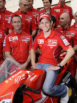 Ducati Marlboro Team photoshoot: Casey Stoner poses with Ducati Marlboro team members