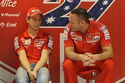 Casey Stoner, Ducati Marlboro Team, et son ingénieur Cristian Gabarrini