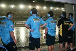 Les membres de l'équipe Rizla Suzuki s'attardent sur la tempête qui tombe sur le Losail International Circuit