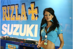 Красивая промо-девушка команды Rizla Suzuki MotoGP