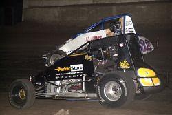 Jesse Hockett (8) et Kevin Swindell (32) se battent pour la tête de course