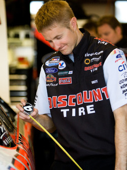 Discount Tire Ford crew member at work