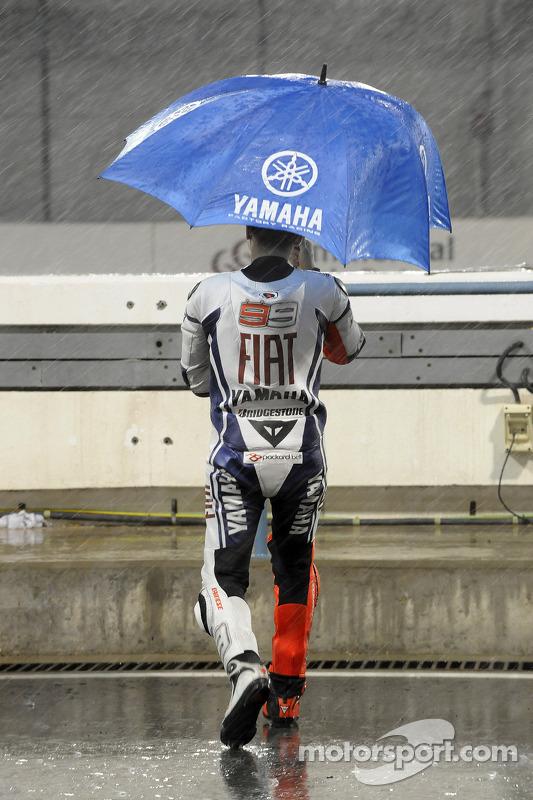 Jorge Lorenzo, Fiat Yamaha Team, regarde la pluie