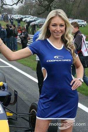 La grid girl officielle des pneus Cooper, la charmante Sarah