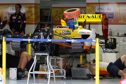 Renault F1 Team work on KERS on the car of Fernando Alonso, Renault F1 Team
