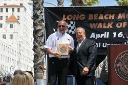 Bobby Rahal reçoit sa plaque par le maire Bob Foster