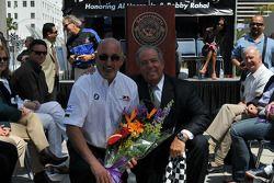 Bobby Rahal prend la pose avec sa plaque et le maire Bob Foster
