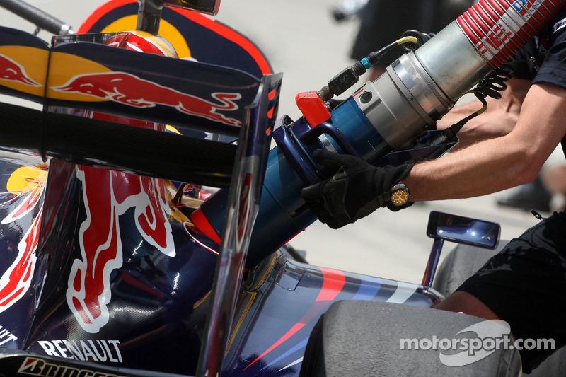 Mark Webber, Red Bull Racing, Nachtanken im Training