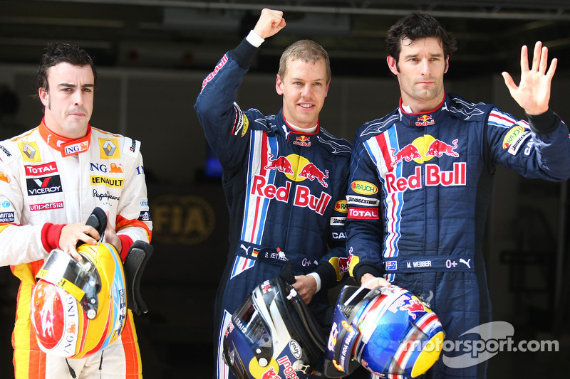O pole Sebastian Vettel, Red Bull Racing, o segundo lugar Fernando Alonso, Renault F1 Team, e o terceiro, Mark Webber