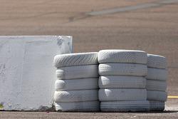 Des pneus servant de barrière à l'entrée de la voie des stands du Phoenix International Raceway