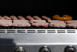 Hamburgers et hot dogs sur le feu