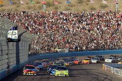 Départ : Mark Martin, Hendrick Motorsports Chevrolet et Kyle Busch, Joe Gibbs Racing Toyota prennent