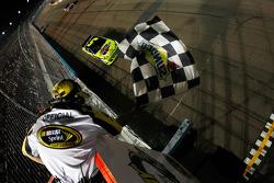 Mark Martin, Hendrick Motorsports Chevrolet passe la ligne d'arrivée