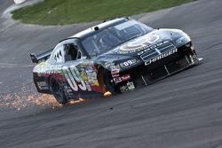 Sterling Marlin, Phoenix Racing Dodge, fonce dans le virage 1 après un accident