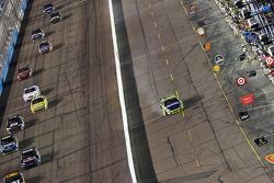 Robby Gordon, Robby Gordon Motorsports Dodge,ramène sa voiture endommagée dans la voie des stands