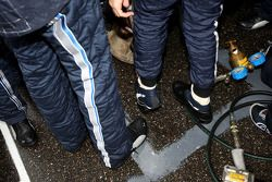 Sebastian Vettel, Red Bull Racing con cubiertas especiales para sus zapatos para mantener secos los