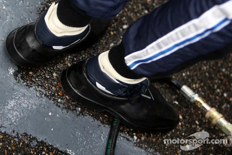 Sebastian Vettel, Red Bull Racing, com calçado extra para manter os pés secos