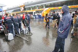 Dr. Mario Theissen, BMW Sauber F1 Team, BMW Motorsport Director looking at the rear diffuser of the Red Bull car