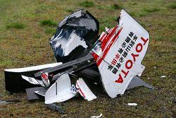 Заднее крыло Ярно Трулли, Toyota Racing. и переднее крыло Роберта Кубицы, BMW Sauber F1 Team. после аварии