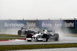 Nick Heidfeld, BMW Sauber F1 Team lidera a Nico Rosberg, Williams F1 Team