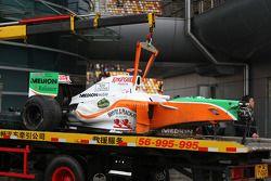 El auto de Adrian Sutil, Force India F1 Team después de un accidente
