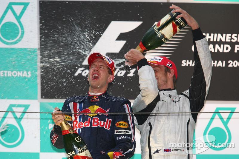 Podio: champagne para el ganador de la carrera Sebastian Vettel, Red Bull Racing, tercer lugar Jenso