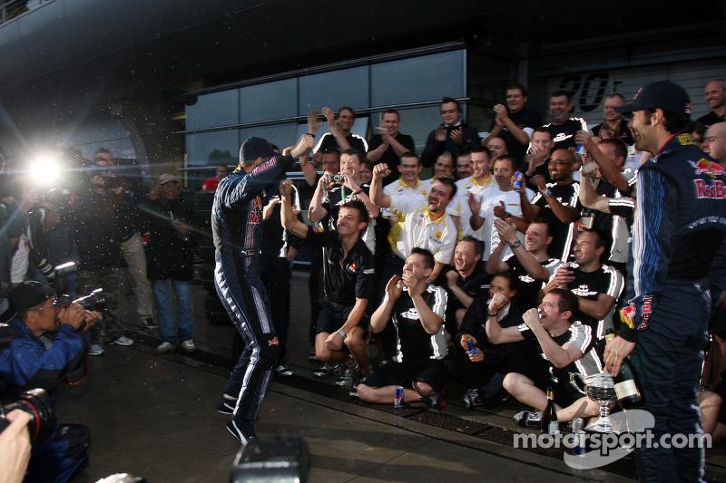 Vettel comemora com a equipe