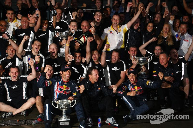 Webber e Vettel comemoram com a Red Bull