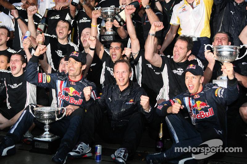 Ganador de la carrera Sebastian Vettel, Red Bull Racing celebra con los miembros del equipo Mark Web