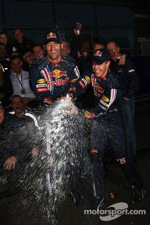 Ganador de la carrera Sebastian Vettel, Red Bull Racing celebra con Mark Webber, Red Bull Racing