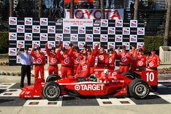 Victory lane: race winner Dario Franchitti, Target Chip Ganassi Racing celebrates with his team