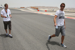 Себестьян Феттель, Red Bull Racing, и Дженсон Баттон, Brawn GP, прогулка по трассе