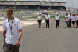 Себастьян Феттель, Red Bull Racing, Дженсон Баттон, Brawn GP и глава команды Росс Браун, прогулка по трассе