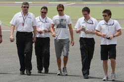 Дженсон Баттон и руководитель Brawn GP Росс Браун, прогулка по трассе