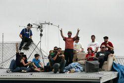 Les fans du V8 Supercars néo-zélandais regardent le spectacle depuis le haut du toit