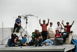 New Zealand V8 fans watch all the action from the roof top