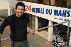 Patrick Dempsey pose dans le complexe des stands du Mans