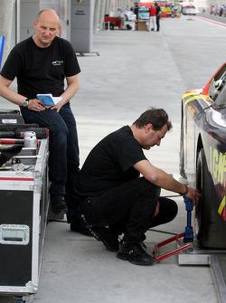 Les mécaniciens travaillent sur la voiture de Johnny Herbert, JMB