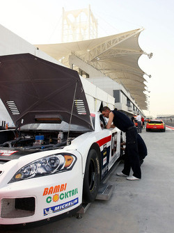 Les mécaniciens travaillent sur la voiture d'Enzo Panacci, Continental Circus