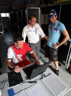Damien Pasini JMB parle avec les ingénieurs