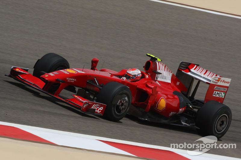 …вперед на пару кругов вышел Райкконен. Впервые со старта сезона Ferrari лидировала в гонке. Впрочем, все понимали, что это лишь временное стечение обстоятельств