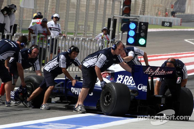За десять кругов до финиша гонка потеряла первого участника – у Казуки Накаджимы стало резко расти давление масла, и команда Williams решила досрочно остановить его в боксах