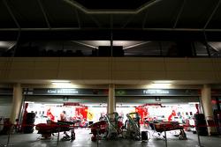 Пит-лейн ночью, боксы Scuderia Ferrari
