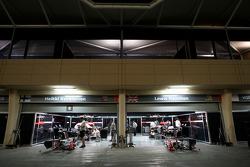 pitlane, night, garajı, McLaren Mercedes