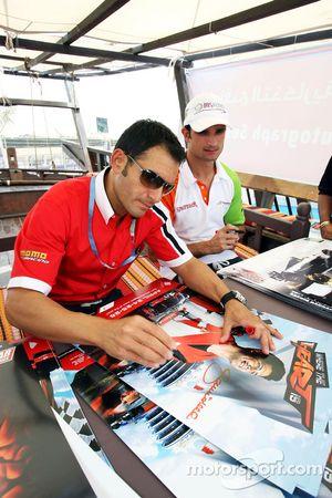 Gianni Morbidelli et Vitantonio Liuzzi, UP Team, signent des autographes pour les fans